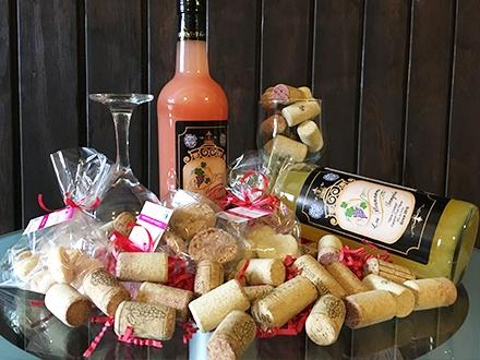 ¡Disfruta con tu pareja! $39 por Canasta de regalo que incluye: 2 Botellas de sangría (parcha y guayaba) + 2 Copas + Galletas artesanales + 10% de Descuento en la compra de botellas de sangría adicionales