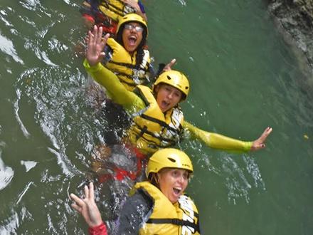 """¡Date un Gustazo diferente en el mes del Amor y la Amistad! $49 por """"Extreme Aqua-Zipline Adventure"""", multiaventura que incluye: Zipline en las Cataratas Iguazú + Body Rafting + Saltos a piscinas naturales + """"River Trekking"""" + Cañonismo + Nado en pozas + Circuito 360 + Masaje natural en la catarata + Hiking (liviano) + Equipo de seguridad + Guías certificados"""
