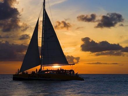 ¡Escapada romántica en alta mar al atardecer! $40 por Persona para Excursión de 2 horas el 13 de FEBRERO de 2016 + Música + Vino blanco, rum punch y selección variada de aperitivos y postres