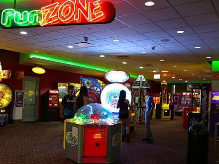 ¡Diviértete en grande! $20 por 1 Sesión de Laser Tag (2 juegos) para 2 personas + 1 Fun Card de $20 para jugar en el Fun Zone Arcade; o $25 por 1 Sesión de Laser Tag (2 juegos) para 2 personas + 1 Fun Card de $15 para jugar en el Fun Zone Arcade + 1 Pizza de queso