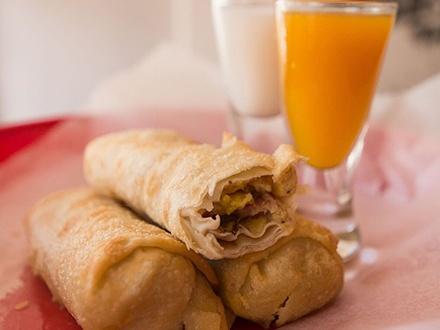 """¡Disfruta el 1er Eggroll Madness de Puerto Rico el 28 o 29 de mayo! $7 por 4 """"Loco Rolls"""" a escoger entre: Churrasco, """"Loco Special,"""" Veggie roll y Cheesecake Sensation + 2 """"Pito Rico"""" Moonshine Shots"""