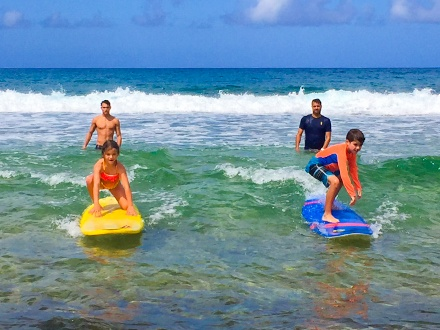 ¡Campamento de surfing en Aviones! $99 por 1 semana de clases; incluye entrenador con más de 20 años de experiencia + Equipo de surfing