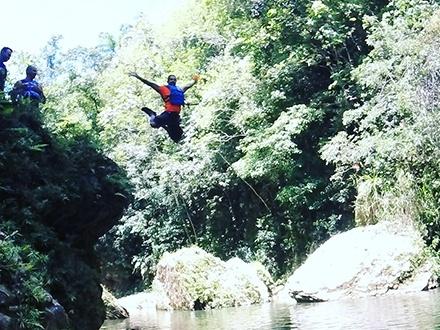 ¡Ruta número 1! $29 por Aventura de 5 horas en DÍAS DE SEMANA que incluye Cave & River Tubing, Climbing, Saltos, Hiking y Transportación al sendero + Fotos