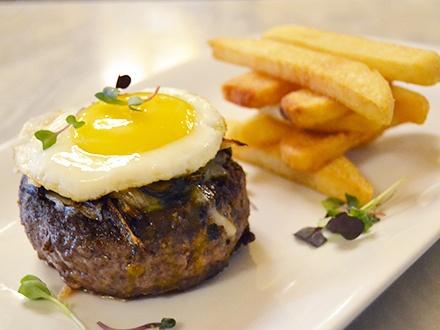 ¡Burger Brunch! $28 por 2 Exquisitas hamburguesas a caballo + 2 Órdenes de papas francesas + 2 Mimosas