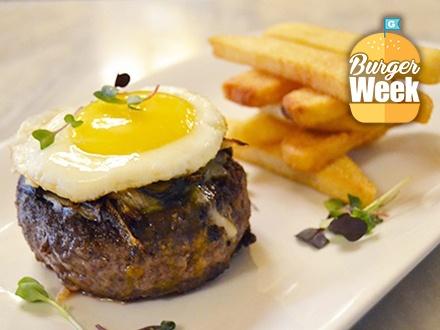 ¡Sábados de Burger Brunch! $28 por 2 Exquisitas hamburguesas a caballo + 2 Órdenes de papas francesas + 2 Mimosas