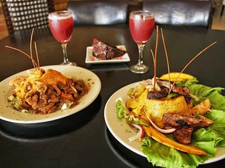 ¡Buena mesa en la montaña! $24 por 2 Platos principales escoger entre: Pechuga de pollo en salsa de tamarindo con arroz mamposteao o Mofongo relleno de churrasco, pollo, camarones o mero + 2 Copas de sangría de la casa + 1 Postre para compartir