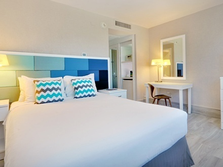 ¡Nuevo hotel en Condado! $115 por Estadía de 2 días y 1 noche para 2 adultos en CUALQUIER DÍA DE LA SEMANA en AGOSTO + 1 Botella de sangría + Canasta de desayuno continental + 50% de Descuento en estacionamiento para 1 vehículo