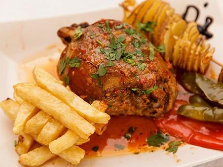 ¡Planifica un momento delicioso! 21,95€ por Menú para 2 personas que incluye: 2 Entrantes + 2 Principales de codillo de cerdo + Bebidas + Café (Ver detalles del menú en La Experiencia)