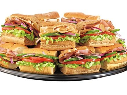 """¡Catering para tu próximo evento o almuerzo! $21 por 1 Bandeja de 5 Sándwiches """"Footlong"""" + 12 Galletas surtidas; $30 por 'Giant Sub' de 3 pies (para 10-12 personas) + 12 Galletas surtidas; o $60 por 'Giant Sub' de 6 pies (para 20-25 personas) + 12 Galletas surtidas"""
