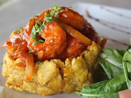 ¡Cena frente al mar! $29 por 2 Mofongos rellenos de churrasco, camarones, pollo o carne frita + 2 Copas de sangría + 1 Flan de amaretto para compartir