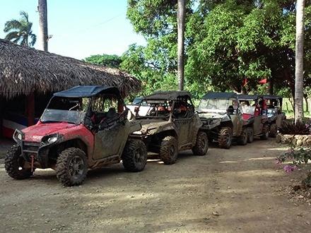 ¡Vive 3 horas emocionantes! US$80 por Excursión en Buggies POLARIS RZR 800CC + Recorrido por Casa Típica, Playa Macao y la Cueva Taína