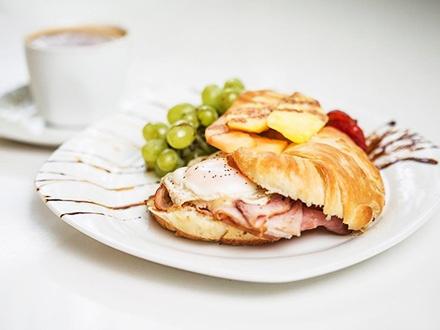 $10 por 2 Desayunos o 2 Almuerzos (pregunta por especial del día) + 2 Refrescos o botellas de agua + 2 Cafés + 10% de Descuento en tu próxima visita