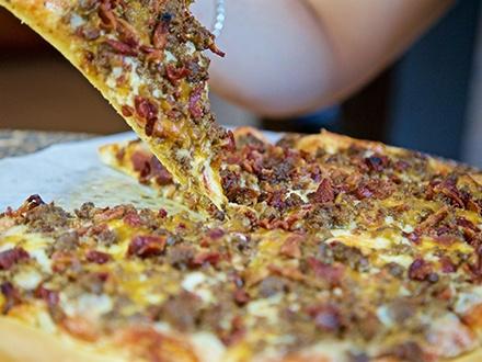 """$17 por una Pizza de 12"""" a elegir entre: Margarita, salchicha italiana, pepperoni o Bacon & Cheese Burger + 1 Orden de Mozzarella Sticks con Marinara + 2 Copas de sangría de la casa"""