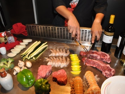 $49 por Teppanyaki Grill para 2 personas que incluye: NY Steak de 6oz + Langosta de 6oz + Pechuga de pollo de 5oz + Orden de 4oz de camarones + 2 Servicios de arroz frito + 2 Servicios de vegetales frescos + 2 Sopas Miso + 2 Sangrías + 1 Postre especial de la casa para compartir