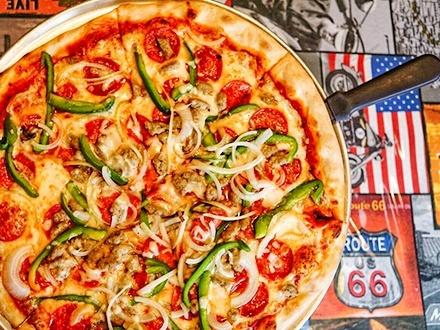 $23 por 1 Pizza pequeña para 2 personas a escoger entre: Margarita (salsa marinara, queso mozzarella, tomates frescos, albahaca y ajo) o Brooklyn (salchicha italiana, pepperoni, pimientos verdes y cebolla) + 1 Orden de croquetas de jamón + 1 Botella de vino Hardys de tu selección