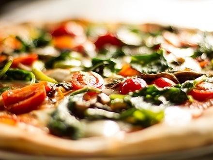 ¡Prueba sus exquisitas pizzas! $17 por 1 Pizza grande hecha en horno de ladrillo con 1 topping + 2 Cervezas Medalla o sangrías