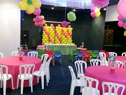 RD$9,995 por Paquete de cumpleaños para 20 niños y 20 adultos que incluye: 3 Horas de celebración + Decoración básica con globos, sillas, mesas y manteles + Pinta caritas + Anfitriona + Tour VIP por el acuario + 100 Vasos de refresco + Desechables regulares + Foto digital + 1 Caja de regalo + Palomitas de maíz o RD$12,995 por todo lo anterior para 30 niños y 30 adultos