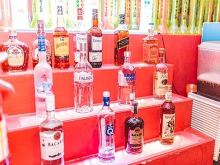"""$20 por 'Premium Open Bar' de 4 horas el viernes, 7 de octubre de 2016, que incluye: Licores premium como Black Label, Grey Goose y Hennessy, licores de la casa como Jose Cuervo y Club Caribe, cervezas, vinos y el """"Gustazos Blue Shot"""" de la casa para 1 persona + 1 Yarda de Señor Frog's vacía + Música en vivo por la Banda Plagio y DJ y MC + 6 Barras para escoger"""