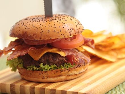 ¡Disfruta sus nuevos Burgers! RD$495 por 2 Burgers, a elegir entre: Bacon Cheese Burger, Deep Fried Burger, Burger Alelí o Blue Burger + Papas