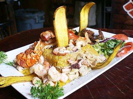 ¡Seafood Feast para 2 personas en la zona playera de Maunabo! $35 por Menú para 2 que incluye: 1 Mofongo de 8 pulgadas relleno de langosta, camarones, pulpo y carrucho + 1 Orden de carne frita + 1 Aperitivo de flautas rellenas de langosta + 1 Cheesecake de la casa + 2 Sodas con 'refill' ilimitado