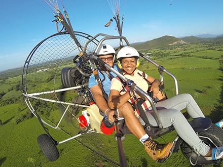 ¡Vive una experiencia única! RD$1,675 por 1 Vuelo de 15 a 20 minutos en paramotor acompañado de piloto instructor + Desayuno Ligero + Fotos y Video GoPro durante el vuelo + Música durante la actividad