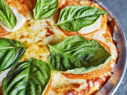$22 por 1 Pizza Mediana a escoger cualquiera del menú + 1 Orden de chorizos argentinos al vino con tostadas + 2 Copas de sangría