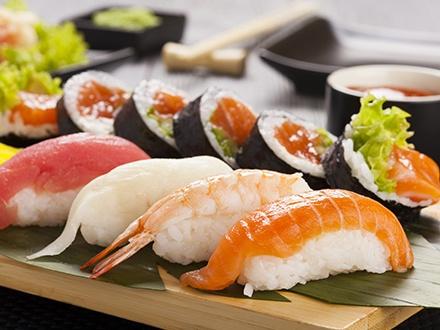 ¡Trasládate a Japón frente al mar! 19,95€ por Menú completo para 2 personas que incluye: Entrante a elegir entre 2 sopas miso o 1 ensalada wakame con salsa de sésamo + Tiras de pollo frito con ensalada + Bandeja de 24 piezas de sushi variado + Tallarines fritos con verduras + 2 Bebidas + 50% de Descuento en Postre