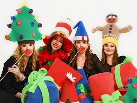 ¡Viste tu fiesta de color y diversión esta Navidad con los sombreros de Hora Loka! Desde $37 por paquete surtido de sombreros y diademas