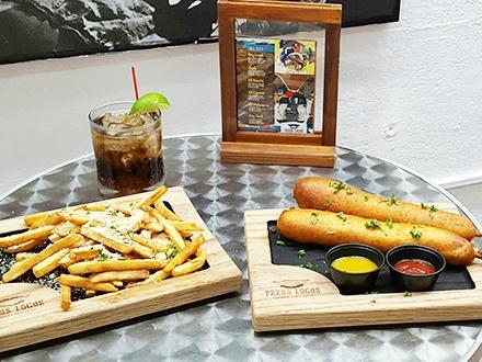 ¡Te dejarán loco! $15 por 2 Jumbo Corn Dogs de carne + 2 Órdenes pequeñas de 'Papas Truffle' con parmesano + 2 Cuba Libres + $5 de Crédito para utilizar los jueves en el open bar + $5 de Crédito para las clases de pintura de cerámica en Trigo