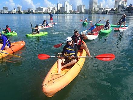 """¡Llegó el """"Christmas City Park"""" a la Laguna del Condado! $12 por 1 aventura, $20 por 2 aventuras o $30 por 3 aventuras. Combina tus aventuras como quieras, escoge entre; Paddleboard, Kayak, Snorkeling, Mini Kayak para niños y recorrido en bicicleta, patines o scooter"""
