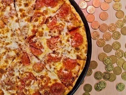 ¡Comida y diversión para toda la familia en DÍAS DE SEMANA! $27 por 2 Pizzas medianas con 1 ingrediente + 4 Refrescos ILIMITADOS + $20 en Tokens, para un total de 60 tokens