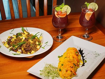 ¡Exquisita gastronomía peruana! $27 por 2 Platos principales a escoger entre: Risotto de camarones o Chaufa de churrasco + 2 Sopas del día + 2 Copas de Sangrías (Incluye IVU)