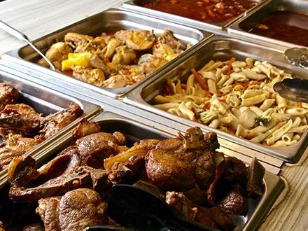 $15 por Buffet de comida criolla ILIMITADA para 2 personas + 2 Refrescos ILIMITADOS + 1 Postre de oreo frito para compartir