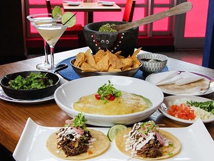 """¡Disfruta en pareja al estilo Rosa Mexicano! $35 por 2 Platos principales a escoger entre: la especialidad de la casa 'Budín de pollo', Fajitas de carnitas o los famosos 'Beef Brisket' Tacos + 1 Guacamole en Molcajete preparado en tu mesa + Refrito poblano para compartir + Chips ILIMITADOS + 2 Margaritas """"Escarchadas"""" + 2 Horas de estacionamiento GRATIS"""