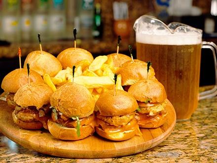 ¡Sliders para hasta 3 personas! $22 por 9 Sliders a escoger entre: Angus, Pulled Pork o Carne con Chipotle, incluye papas fritas + 1 Jarra de cerveza + 1 Flan de vainilla para compartir