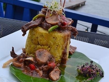 $25 por 2 Platos principales, a escoger entre: Mofongo relleno de churrasco, pollo, camarones o pescado en salsa de mantequilla, criolla o mojo playero + 2 Mojitos + 1 Flan de vainilla, queso o coco para compartir