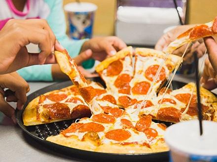 ¡Nuevo valor exclusivo de Gustazos, comida y diversión para toda la familia en DÍAS DE SEMANA! $27 por 2 Pizzas medianas con 1 ingrediente + 4 Refrescos ILIMITADOS + $20 en Tokens, para un total de 60 tokens + Con la compra de $10 en tokens recibes $20 (60 Tokens), si compras $20 en tokens recibes $50 (160 Tokens)