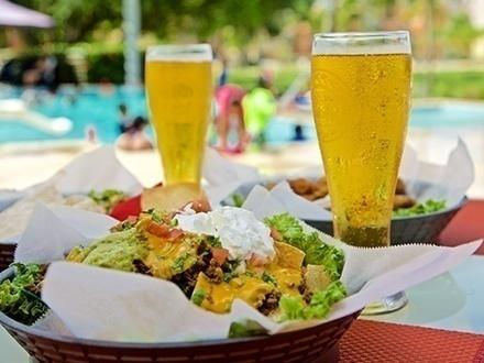 $20 por Almuerzo para 2 personas que incluye: 2 Platos a escoger entre: Nachos Supreme, ½ Docena de alitas o Quesadilla de pollo + 2 Cervezas Medalla