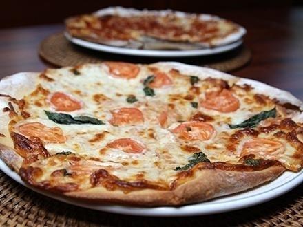 """$17 por una Pizza de 12"""" a elegir entre: Margarita, Salchicha italiana, Pepperoni o Bacon & Cheeseburger + 2 Copas de sangría + 20% de Descuento en la carta de vinos"""