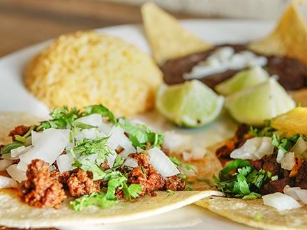 ¡Viva La Revolución y la comida auténtica mexicana! $19 por 2 Platos a escoger entre: Tacos mixtos rellenos de carne al pastor, cochinilla pibil y carnitas o Burrito de carne de res + 2 Margaritas de frutas frescas