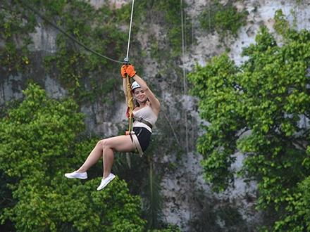 $29 por Aventura Tres Pueblos para 1 persona que incluye: Lanzamiento en 2 de los ziplines más altos de Puerto Rico + Visita a sumidero Tres Pueblos + Fotografía