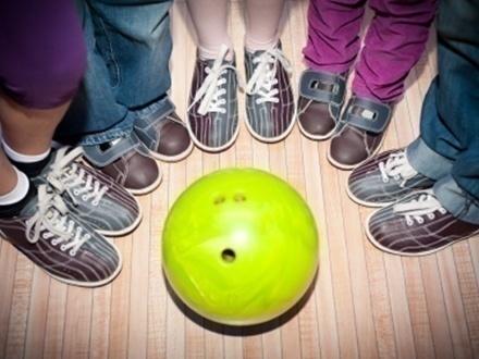 $12 por 2 Horas de bowling para hasta 6 personas de lunes a viernes; o $15 los sábados y domingos + 50% de Descuento en 1 hora adicional