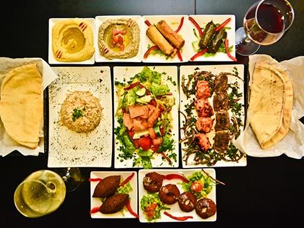 ¡Disfruta de la gastronomía libanesa y sus sabores exóticos! $24 por 1 Orden de Hummus + 1 Orden de Baba Ghanoug + 1 Orden de Labne + 4 Falafels + 2 Kibes +  1 Ensalada Tabouleh + 1 Pincho de pollo al carbón + 1 Pincho Kafta + 2 Copas de vino a elegir: tinto o blanco para 2 personas (Ver menú en La Experiencia)