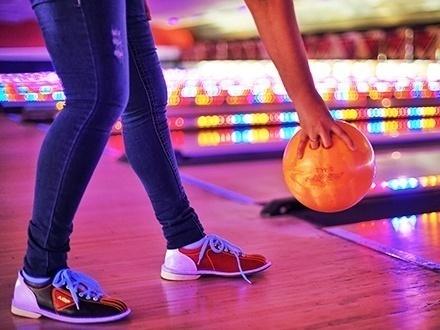 ¡La mejor experiencia de bowling en San Juan! $32 por 2 horas de Bowling en CUALQUIER DÍA DE LA SEMANA para hasta 6 personas, incluyendo alquiler de zapatos para cada persona