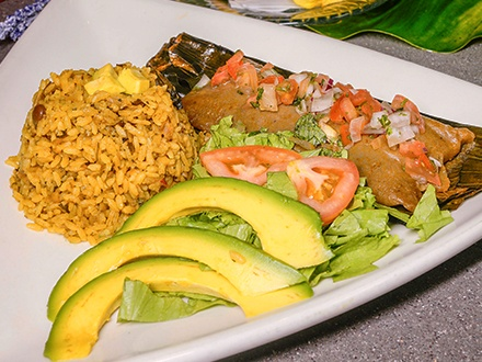 $10 por Gustazo de $20 para consumo del menú abierto de almuerzo y cena todos los días o brunch los sábados y domingos