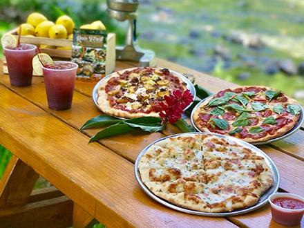 $15 por 2 Pizzas personales con 3 Toppings cada una, a escoger entre: Chorizo, pepperoni, carne molida, amarillos, tomate, pimientos, cebolla o espinaca + 1 Orden de palitos de queso y ajo para compartir + 2 Sangrías, Refrescos de lata o Botellas de agua