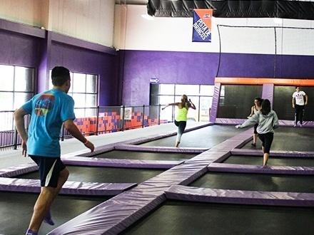 ¡Diviértete de una manera única! $19 por 2 Horas de acceso a las instalaciones para 2 personas; incluye: Canchas de dodgeball, trampolines olímpicos, canastos de baloncesto, 'Battle', 'Open Court' y área para menores de 7 años + 2 Pedazos de pizza