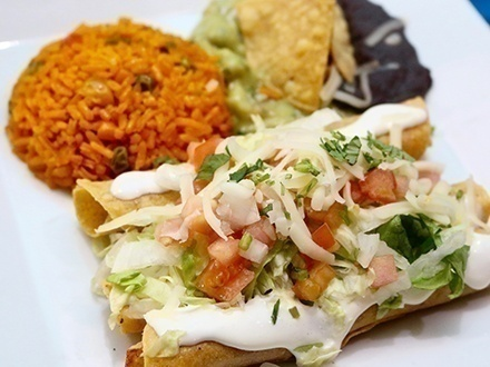 $19 por 2 Margaritas (frozen o a las rocas) + 2 Platos principales a elegir entre: Burrito, Volcán, Flautas o Enchiladas de cerdo, carne molida o pollo + 1 Postre de crepas rellenas de dulce de leche para compartir