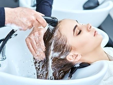 $29 por Lavado, secado y planchado de cabello + Mascarilla de botox + Recorte de puntas + 50% de Descuento en el primer mes de la membresía; $20 por Lavado de pelo y pasada de blower; o $15 por Pasada de blower
